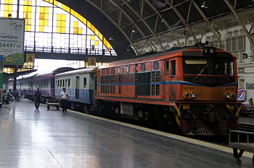 Поезд на станции ж/д Бангкока