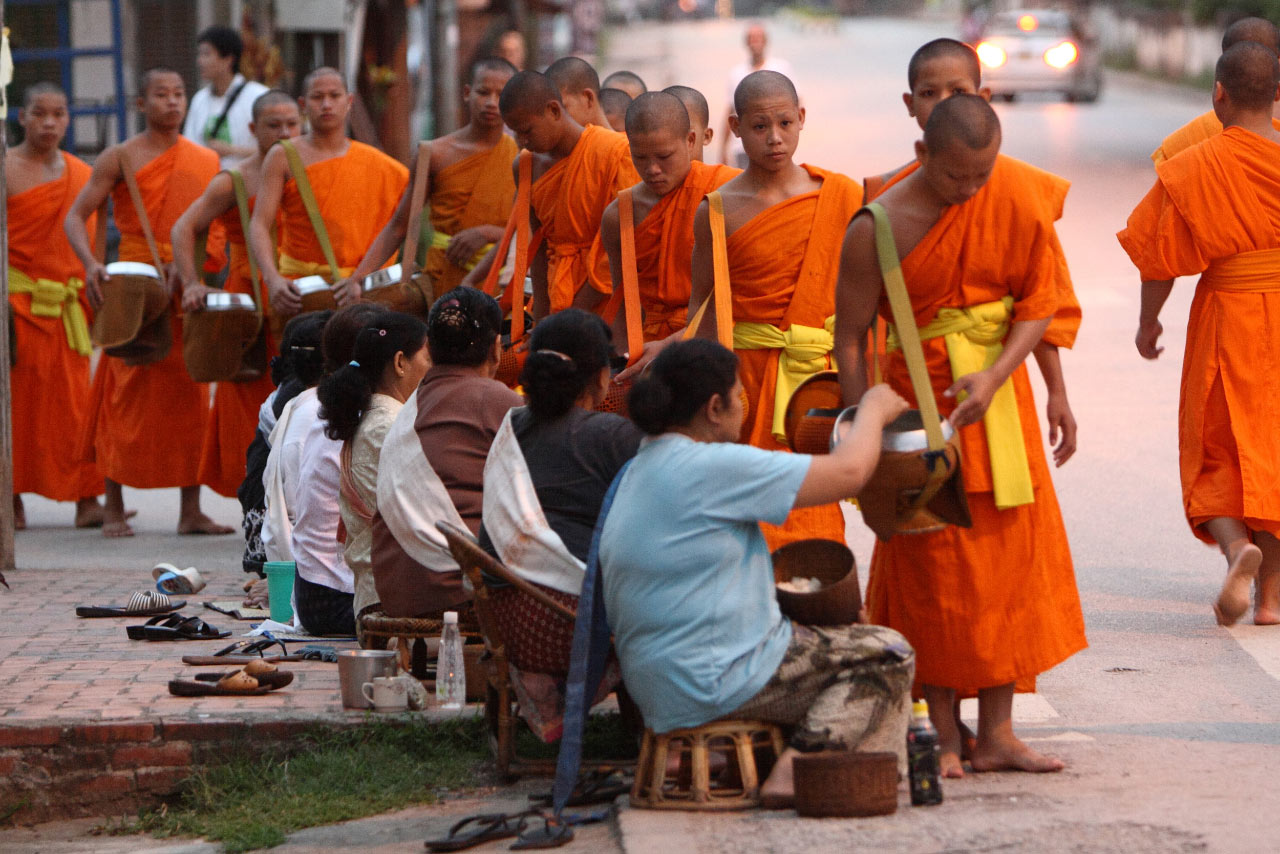 Пожертвование еды монахам в Луанг Прабанге