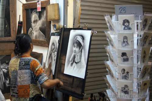 Художник на ночом рынке в Чианграе