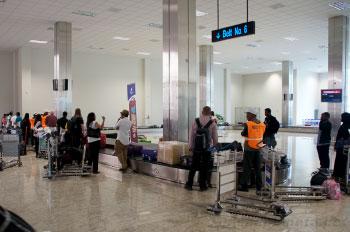 Ожидание получения багажа в аэропорту