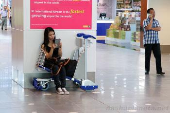 Девушка ждет пересадку в аэропорту