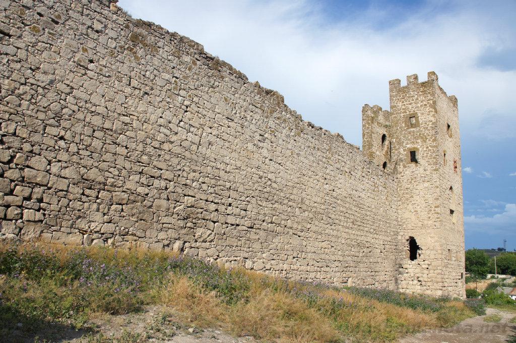 Крепость Кафа в Феодосии, фото с http://nashaplaneta.net/europe/russia/krim-feodosiya-dostoprimechatelnosti.php