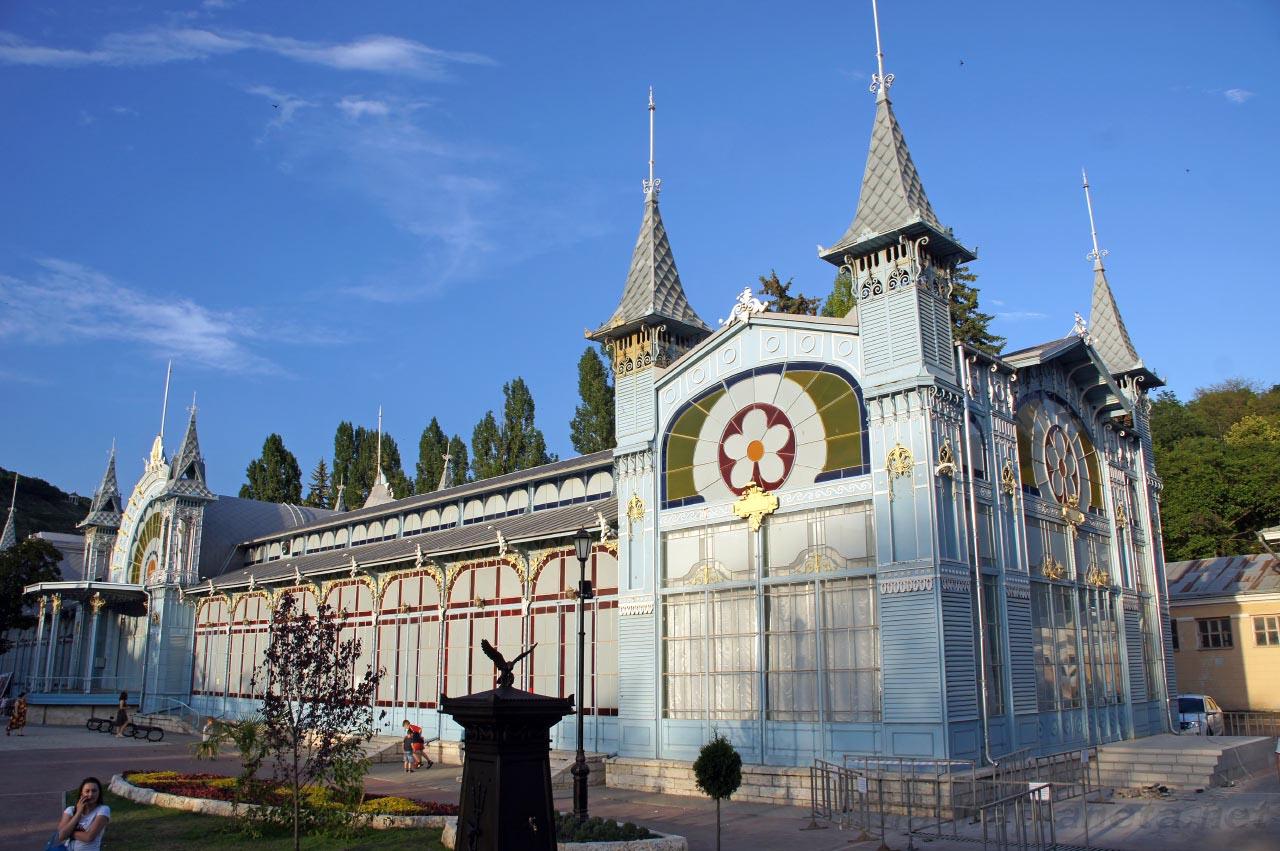 Лермонтовская галерея, фото с https://nashaplaneta.net/europe/russia/stavropolskiy-krai-pyatigorsk-dostoprimechatelnosti-lermontovskaya-galereya