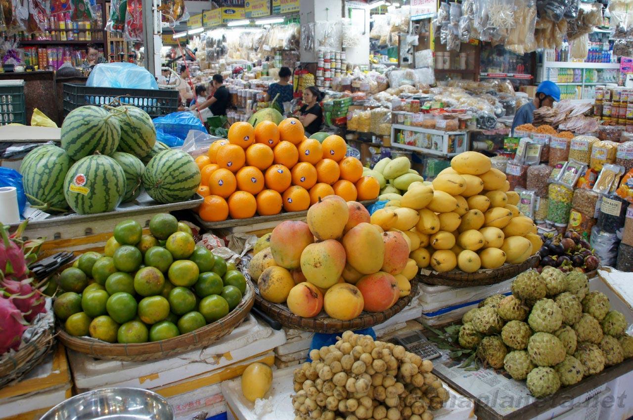 Экзотические фрукты на прилавке